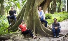 À frente, a produtora,Jacqueline Osório, e o diretor, Diogo Pires; atrás, o DJ Nepal e o artista Cabelo Foto: Mônica Imbuzeiro / Agência O Globo