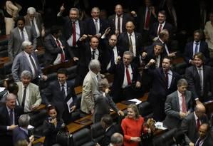 Deputados governistas classificaram impeachment como 'golpe' e 'revanchismo' Foto: Michel Filho / Agência O Globo