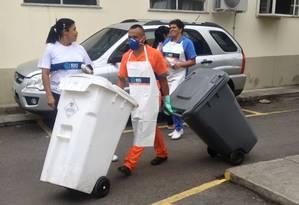 Funcionários da Comlurb fazem a limpeza no Carlos Chagas Foto: Alessandro Lo-Bianco / O Globo