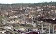 Devastação. No subúrbio de Birmingham, no Alabama, o cenário de guerra após a passagem de tornados: 194 mortos