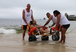 Equipe do projeto leva cadeirante à água Foto: Divulgação