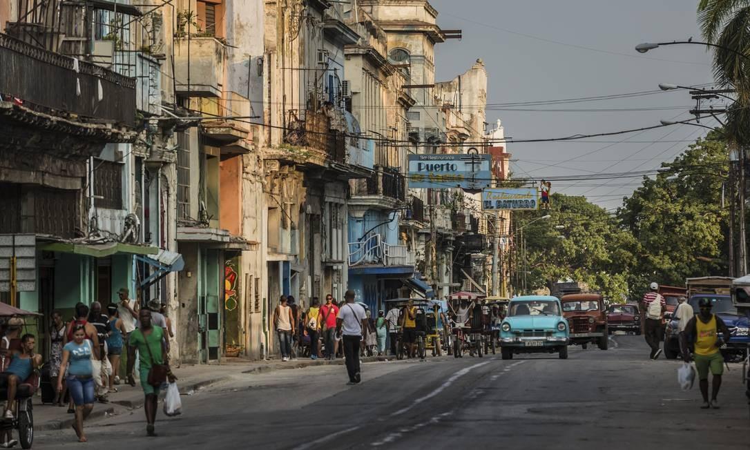 Uma rua em Havana, capital cubana, conhecida pelos melhores charutos no mundo Foto: MERIDITH KOHUT / NYT