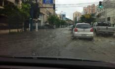 A Avenida Roberto Silveira, em Icaraí, foi uma das primeiras a alagar com as fortes chuvas do dia 21 de novembro: via ficou intransitável para pedestres Foto: Divulgação/Fiscaliza Niterói / Divulgação/Fiscaliza Niterói