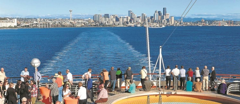 Deque: passageiros a bordo do Statendam, na saíde de Seattle Foto: Juarez Becoza