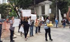 Comerciantes protestam contra o atraso na liberação da Rua Moreira César: eles temem mais prejuízos. Foto: Foto do leitor / Cristiane Salkini