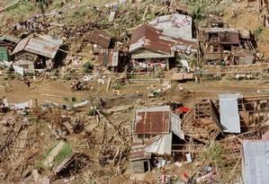 Casas destruídas após passagem de tufão nas Filipinas: país está entre os mais acometidos pelas mudanças climáticas Foto: Erik de Castro/25-10-1998