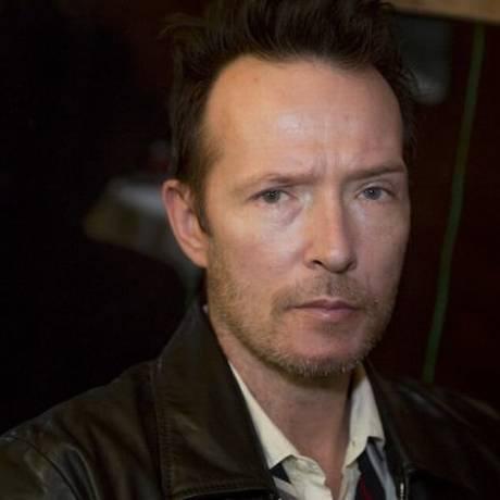 Scott Weiland, ex-líder das bandas Stone Temple Pilots e Velvet Revolver, foi encontrado inconsciente em ônibus de turnê Foto: AP