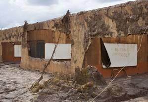 O que sobrou da Escola Municipal Bento Rodrigues, após rompimento de barragem da mineradora Samarco Foto: Márcia Foletto / Agência O Globo