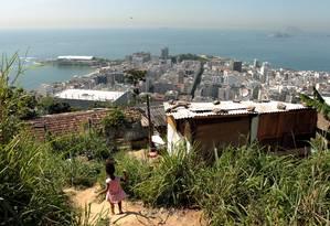 Edifícios de Copacabana convivem com casas de madeira no Pavão-Pavãozinho Foto: Gabriel de Paiva