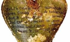 Uma das cinco urnas encontradas com corações embalsamados em antigo convento em Rennes, na França Foto: Linda Brooks