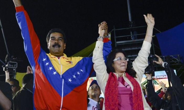 Maduro celebra vitória nas eleições de 2013 ao lado de sua mulher Cilia Flores Foto: JUAN BARRETO / AFP