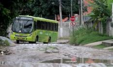 Veículos pesados, como os ônibus, passaram a circular na Rua Ari Gomes da Silva que, sem pavimentação, ficou cheia de buracos. Foto: Fernanda Dias / Agência O Globo