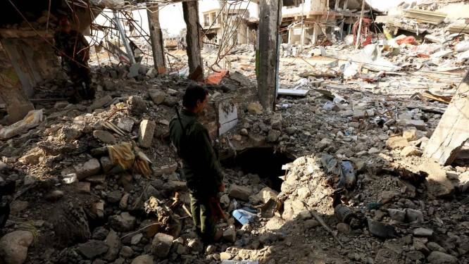 Soldado peshmerga verifica túneis usados pelo EI em Sinjar: tropas em terra e ataques aéreos minaram grupo Foto: Ari Jalal / REUTERS