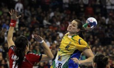 Mesmo marcada por Sanja Damnjanovic, da Sérvia, Duda Amorim prepara o arremesso na final do Mundial de 2013, em Belgrado, na Sérvia, ganho pelo Brasil Foto: Darko Vojinovic / Darko Vojinovic/AP/22-12-2013