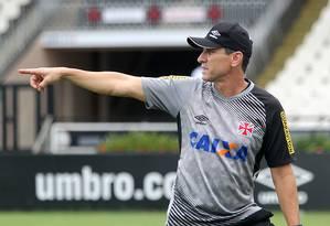 Jorginho dá indicações ao time durante treino do Vasco Foto: Paulo Fernandes/Vasco.com.br