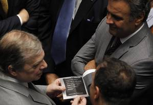 Os senadores Tasso Jereissatti(à esquerda) com Aécio Neves Foto: Givaldo Barbosa/25-11-2015 / Arquivo O Globo