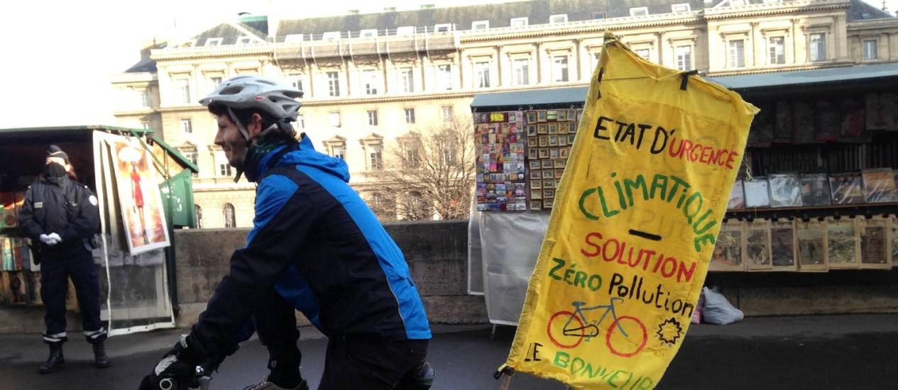 Ciclista no protesto que percorreu as margens do Rio Sena, em Paris, neste sábado para pressionar por acordo: primeiro fim de semana de normalidade na cidade desde ataques terroristas Foto: Vivian Oswald