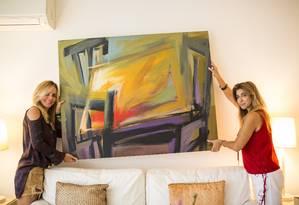 Paula Moreira instalou persiana e trocou quadros de lugar com a ajuda da decoradora Gorete Golaço Foto: Fabio Seixo