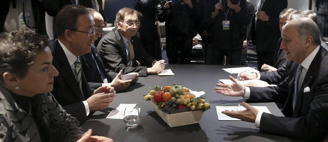 O chanceler francês Laurent Fabius (dir.) conversa com o secretário-geral da ONU, Ban Ki-Moon, durante a COP-21 Foto: STEPHANE MAHE / REUTERS