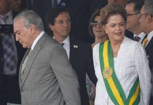 A presidente afastada Dilma Rousseff com o interino Michel Temer no desfile de 7 de Setembro Foto: André Coelho/7-9-2015 / Arquivo O Globo