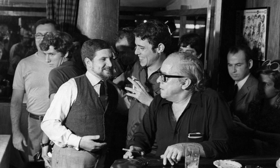 Chico Buarque e Vinicius de Moraes em registro feito no Antonio's, bar que ficava na esquina das ruas Bartolomeu Mitre e Ataulfo de Paiva: a história da casa faz parte do livro Foto: / Arquivo