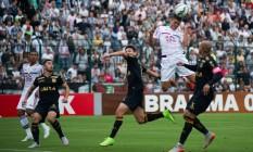 Edson disputa a bola no ataque do Fluminense Foto: Divulgação