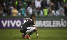 O atacante Rafael Silva se agacha e lamenta o 0 a 0 com o Coritiba que rebaixou o Vasco para a segunda divisão Foto: Guito Moreto / Agência O Globo