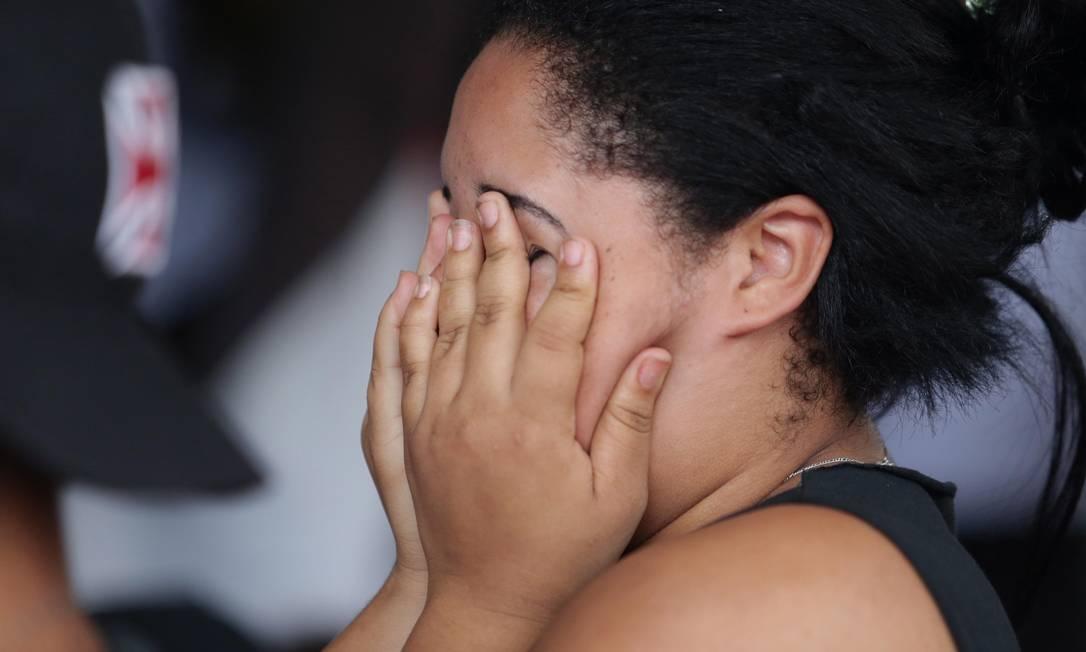 A vascaína, triste, esconde o rosto diante da dura realidade do rebaixamento Márcio Alves / Agência O Globo