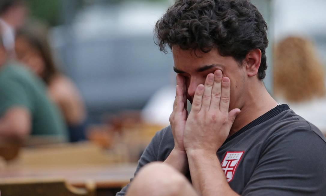 O torcedor vascaíno enxuga as lágrimas dos olhos em bar na Praça Varnhagem, na Tijuca, onde acompanhou o empate com o Coritiba, que rebaixou o time para a segunda divisão do Brasileiro Márcio Alves / Agência O Globo