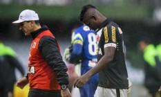O técnico Jorginho e o atacante Riascos deixam o gramado após novo rebaixamento do Vasco Foto: Guito Moreto