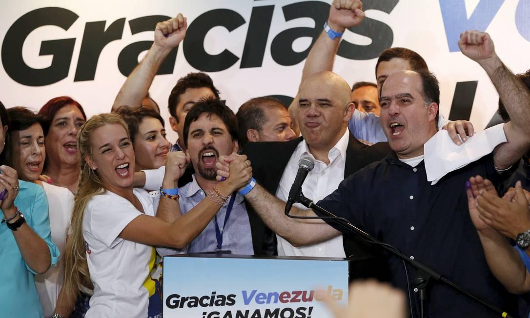 Lilian Tintori, mulher do líder da oposição da Venezuela, Leopoldo Lopez, comemora a vitória da coalizão MUD nas eleições legislativas Foto: Carlos Garcia Rawlins / Reuters