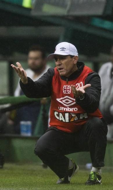 Técnico Jorginho orienta o time, mesmo com as mudanças na equipe o resultado do jogo não se alterou Guito Moreto / Agência O Globo