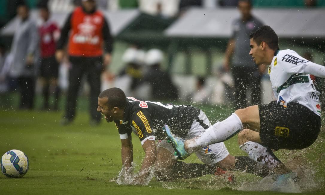 Disputa pela bola no gramado encharcado. O empate na partida terminou com as chances do vasco de permanecer na Série A Guito Moreto / Agência O Globo