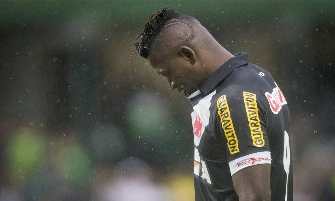Riascos sai cabisbaixo, substituído 15 minutos antes do final da partida Guito Moreto / Agência O Globo