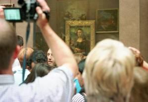 Visitantes do Louvre se acumulam para ver a Mona Lisa, de Leonardo Da Vinci Foto: Jacques Brinon / Associated Press