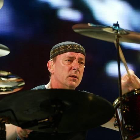Neil Peart no show do Rush, no Maracanã, em 2002 Foto: Ana Branco / Agência O Globo