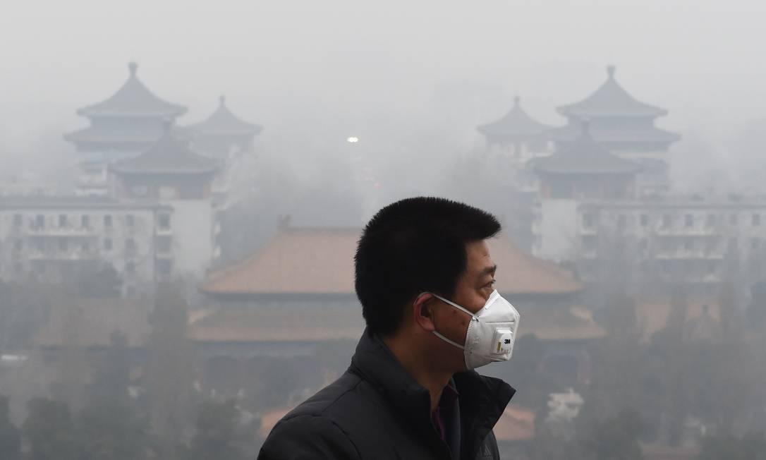 Metade dos automóveis particulares de Pequim recebeu ordens de não circular nesta terça-feira. Muitas escolas e locais de construção foram ordenados a fechar suas portas neste dia, em cumprimento ao primeiro Alerta Vermelho instituído na capital chinesa por motivo de poluição do ar GREG BAKER / AFP