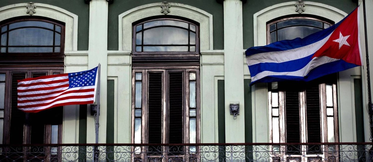 Bandeiras dos EUA e de Cuba em hotel de Havana Foto: Ramon Espinosa / AP