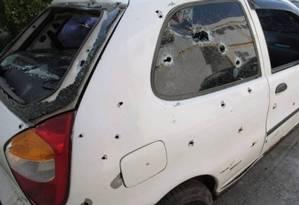 Carro onde jovens estavam coberto do marcas de tiros Foto: Roberto Moreyra / Extra / Agência O Globo