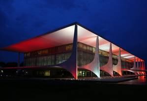 O Palácio do Planalto recebe iluminação em tons vermelhos: governo reage ao resultado de votação na Câmara Foto: Michel Filho / Agência O Globo