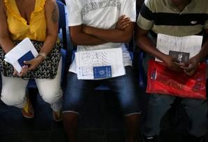 Desempregados aguardam para se cadastrar em uma agência da Secretaria Estadual de Trabalho e Renda Foto: Arquivo / Custódio Coimbra /Agência O Globo