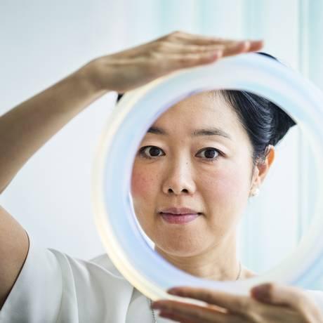 Mariko Mori com um modelo de 'Ring', o anel de três metros de diâmetro que vai pairar sobre as águas da Cachoeira dos Treze Foto: Guito Moreto / Agência O Globo