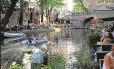 Canal: no verão, bares e restaurantes em atmosfera festiva