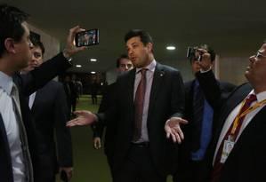 O deputado Leonardo Picciani concede entrevista após ser destituído do cargo de liderança do PMDB na Câmara dos Deputados Foto: Michel Filho / Agência O Globo
