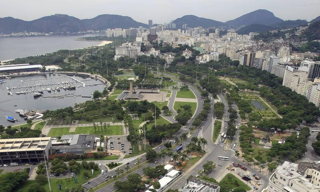 Praça Paris e verde do Aterro do Flamengo e Glória em destaque de vista do terraço do eidifício Santos Dumont Foto: Luiz Ackermann / Agência O Globo