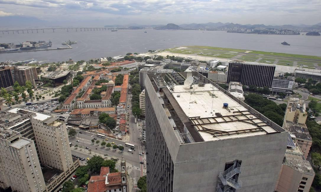 Vista do terraço do edifício Santos Dumont com destaque para prédio da Santa Casa Foto: Luiz Ackermann / Agência O Globo