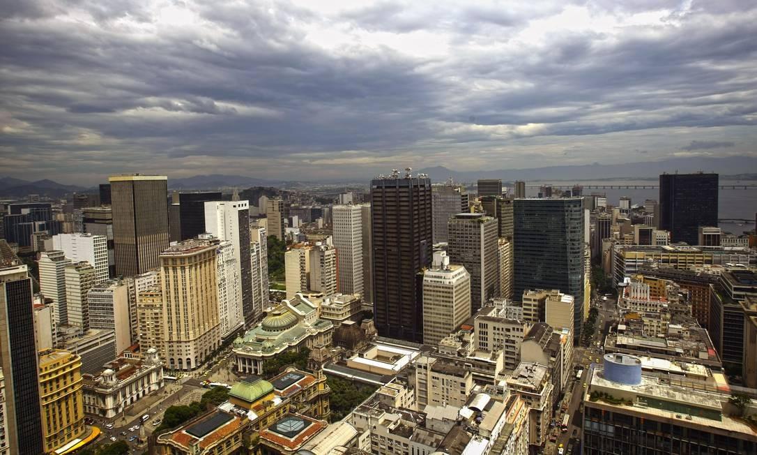 De cima do edifício Santos Dumont se vê vários detalhes de prédios importantes do centro do Rio, como o Theatro Municipal e a Biblioteca Nacional Foto: Luiz Ackermann / Agência O Globo