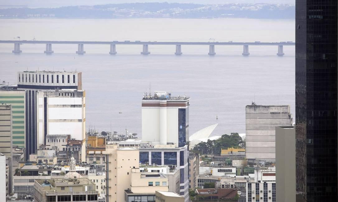 A ponte Rio-Niterói pode ser vista inteira do terraço do edifício Santos Dumont Foto: Luiz Ackermann / Agência O Globo