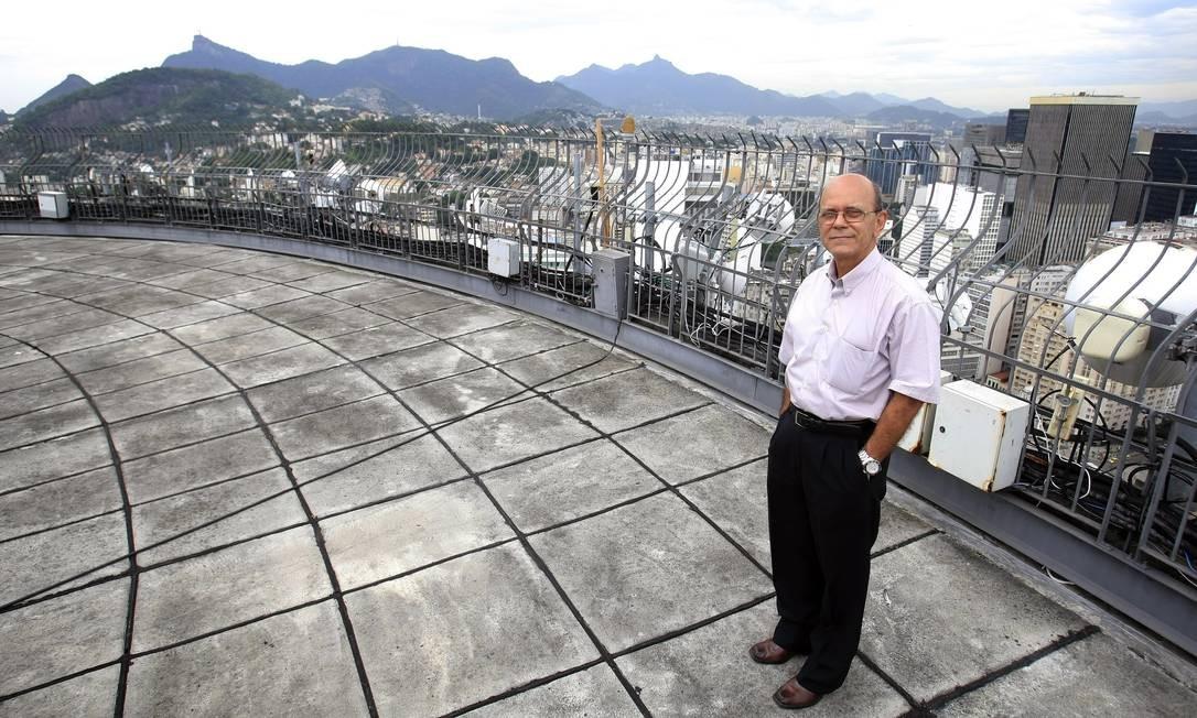 Evair Soares da Motta, síndico do edifício Santos Dumont, no centro do Rio, onde se vê do terraço toda a cidade Luiz Ackermann / Agência O Globo
