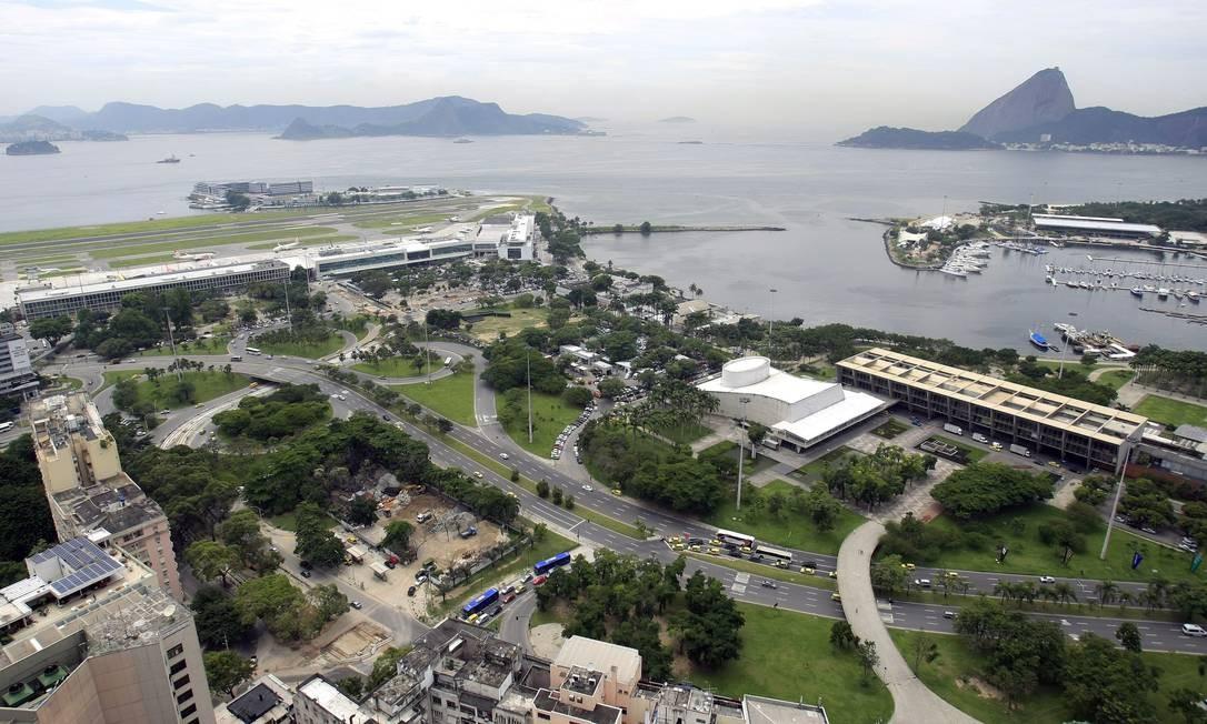 Vista do terraço de Edifício Santos Dumont com destaque para Pão de Açúcar e aeroporto Foto: Luiz Ackermann / Agência O Globo